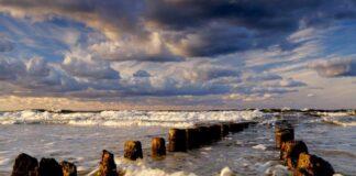 Kołobrzeg – noclegi blisko morza: widok na fale i falochron